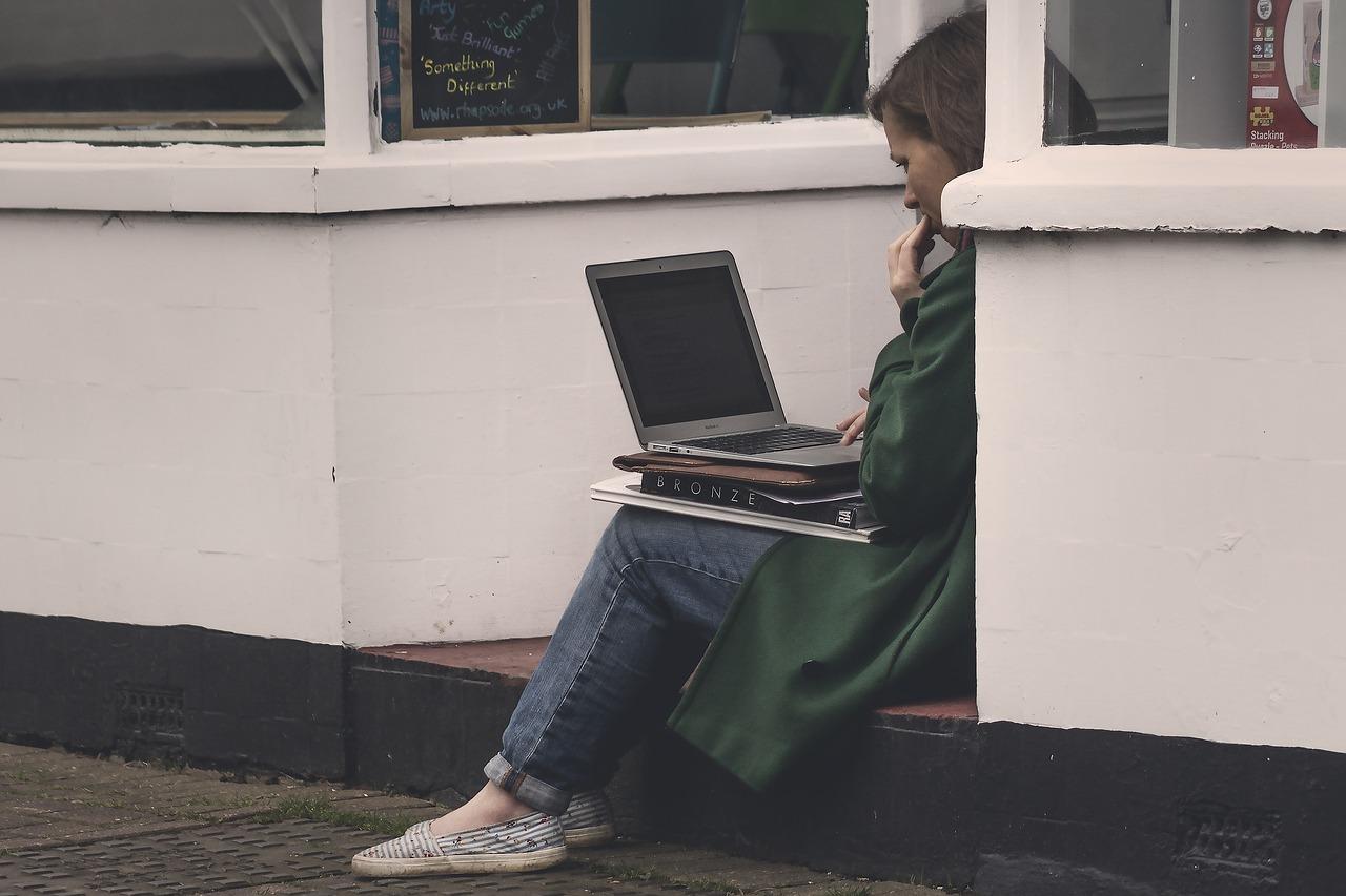 女性とLaptop
